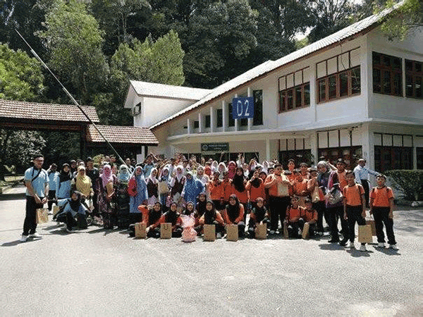 Santai@LIB programme participants posing for a group pix in front of the FRIM Library.