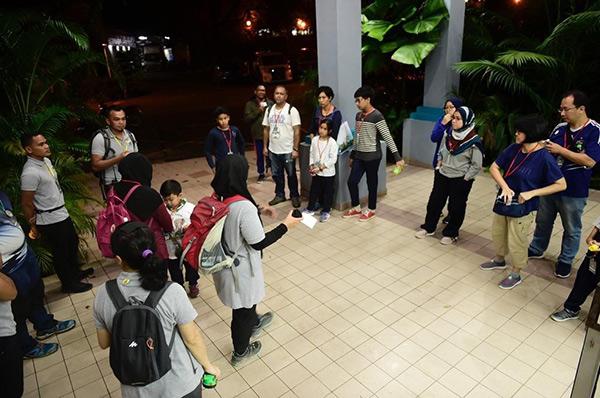 Nada (tengah) memberi taklimat kepada peserta.