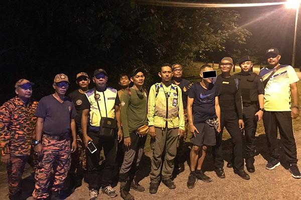 Ahli-ahli pasukan penyelamat bergambar.