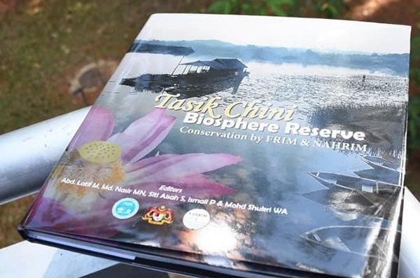 Buku mengetengahkan aktiviti penyelidikan dan pemuliharaan FRIM dan NAHRIM di Tasik Chini.