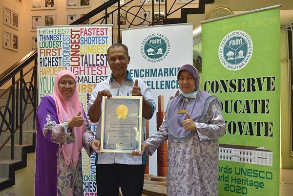 Bergambar dengan sijil yang baharu diterima