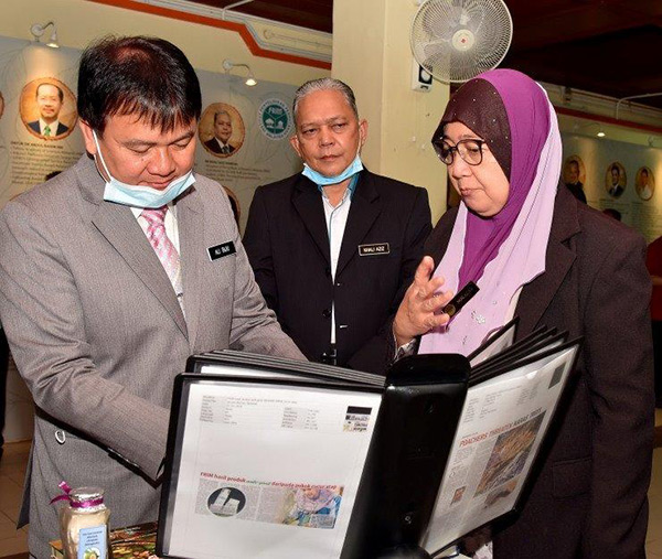 Dr Nor Azah Mohamad Ali, Pengarah Hasilan Semula Jadi (BHS) FRIM (kanan) menerangkan tentang hasil kajian BHS