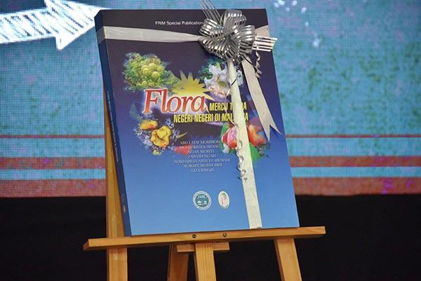 Buku mesra ilmu tersebut mengandungi maklumat spesies-spesies pokok yang mewakili setiap negeri serta tiga wilayah persekutuan di Malaysia.