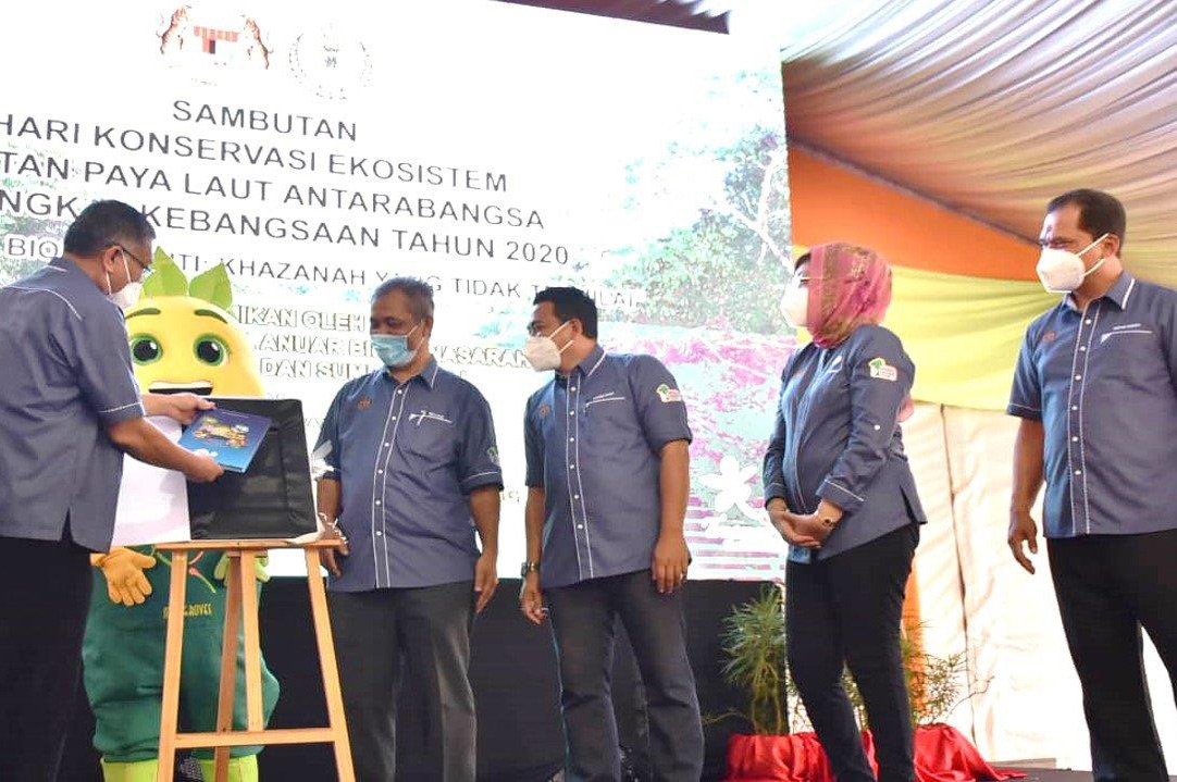 Menteri KeTSA lancar buku flora mercu tanda negeri