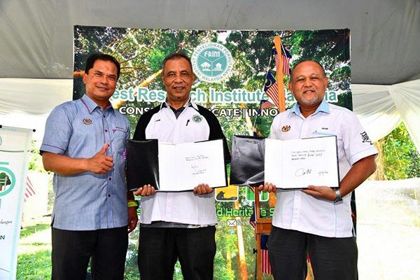 Dari kiri: Mohd Ridza, Abd Latif dan Md Nasir semasa sesi penyerahan buku 'Tasik Chini – Biosphere Reserve, Conservation by FRIM and NAHRIM'.