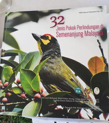 Buku '32 Jenis Pokok Perlindungan di Semenanjung Malaysia'.