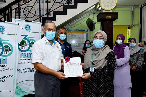 Jumaaton (kanan) mengambil alih tugas Mohd Zamshari sebagai Pengarah Kewangan baharu.