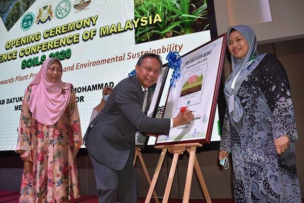Hasni (tengah) melancarkan buku-buku FRIM dengan diperhatikan oleh Marzalina (kiri) dan Rosazlin.