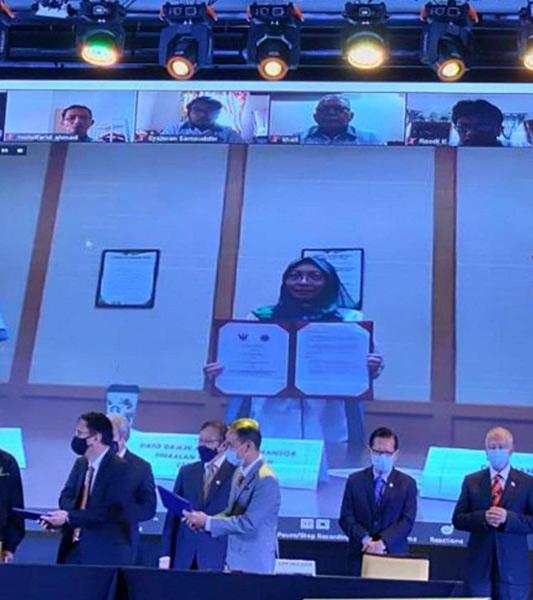 Marzalina (tengah) dengan dokumen MOU yang telah ditandatangani.