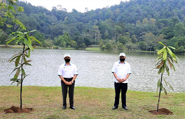 Muhyddin (kiri) dan Shamsul bergambar bersama.