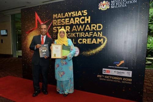 KP FRIM (kiri) dan Sarifah bergambar dengan sijil-sijil pengiktirafan bagi JTFS.