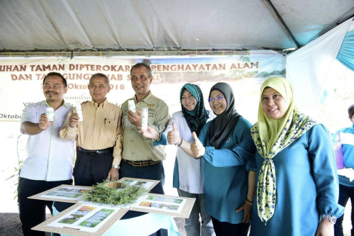 Dari kiri: Zaidey, Sakri, Abd Latif, Marzalina, Norhayati dan Fadzureena menunjukkan produk GOUTREE.