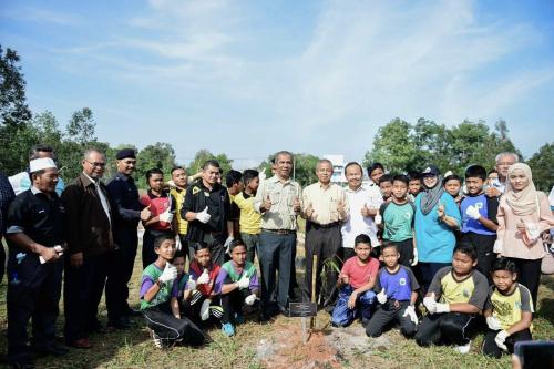 Sebahagian daripada peserta bergambar dengan Abd Latif (tengah) semasa aktiviti penanaman pokok di Taman Dipterokarpa.