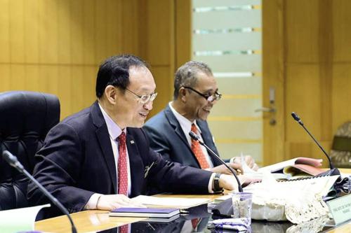 Abd Latif (kanan) dan Tan semasa mesyuarat.