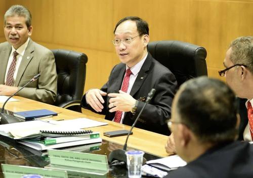 Suhaimi (paling kiri) duduk di sebelah Tan yang mempengerusikan mesyuarat.