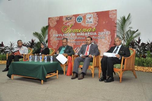 Dari kiri: Zulhisham, Sharifah Shahrul Rabiah, Abd Latif, Erawan dan Samsudin.