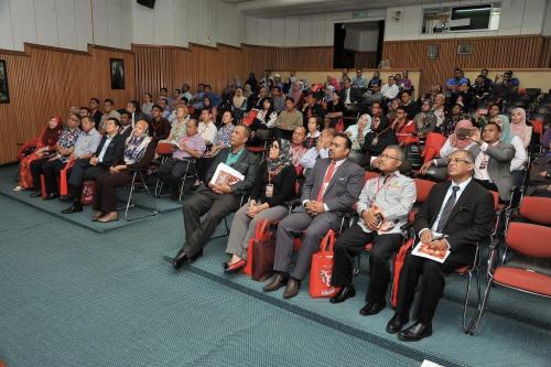 Para peserta menyaksikan video Rafflesiadi auditorium
