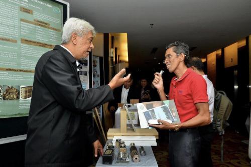 Puad Elham (kiri), pakar tenaga diperbaharui FRIM memberi penerangan kepada salah seorang peserta.