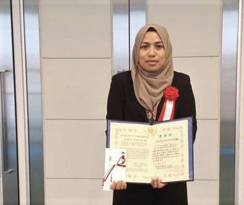 Farah Fazwa menunjukkan sijil dan pingat anugerah.