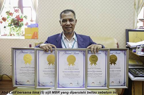 Abd Latif bersama lima (5) sijil MBR yang diperolehi beliau sebelum ini.