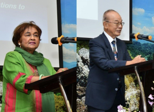 Siti Zuraina (kiri) dan Ng menyampaikan pembentangan masing-masing.