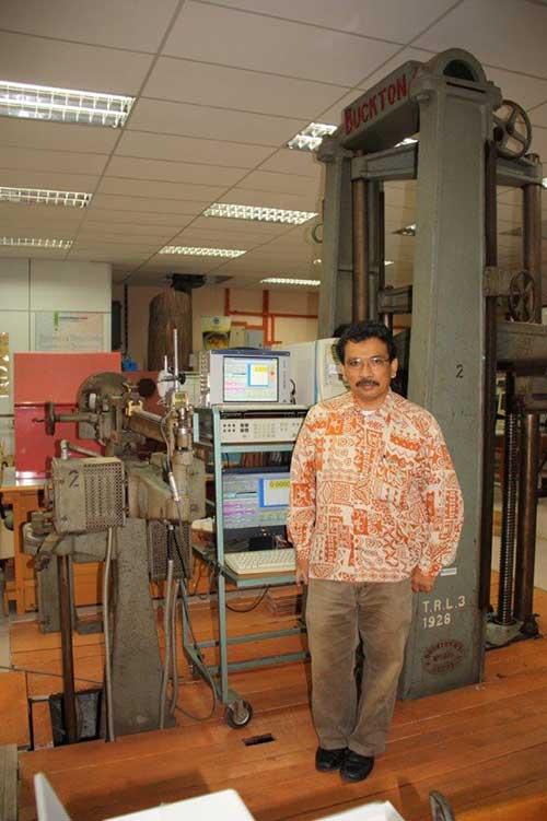 Mohamad Omar bergambar dengan mesin ujian universal Buckton