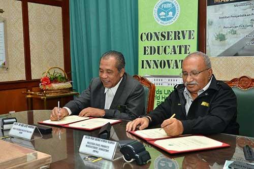Abd Latif (kiri) dan Sheikh Othman menandatangani dokumen MOU