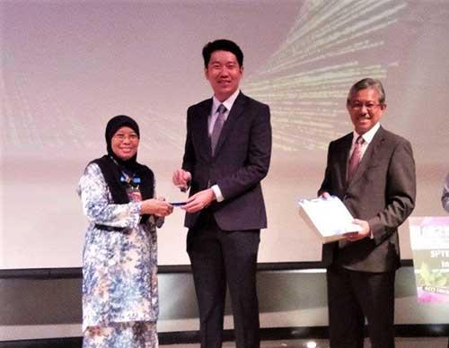 Mastura menerima Anugerah Inovasi