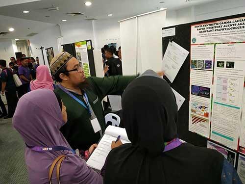 Saiful Azmi menerangkan projek inovasi beliau
