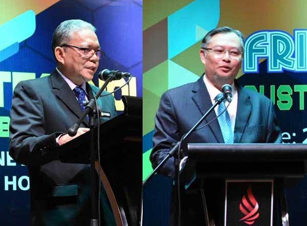 Khali Aziz (kiri) dan Wan Lizozman berucap pada program tersebut