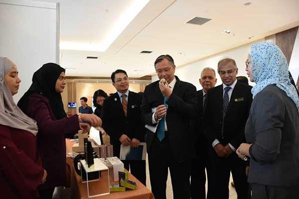Norhayati Nordin, Pengarah Inovasi dan Komersialisasi FRIM; Samsudin; Khali Aziz, Wan Lizozman dan Abang Ahmad melawat pameran FRIM