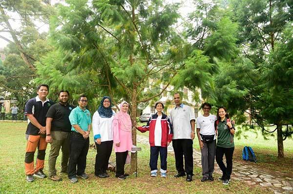 bergambar bersama pokok yang ditanam oleh Mahathir pada 2015