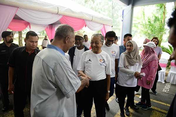 menyambut ketibaan Mahathir