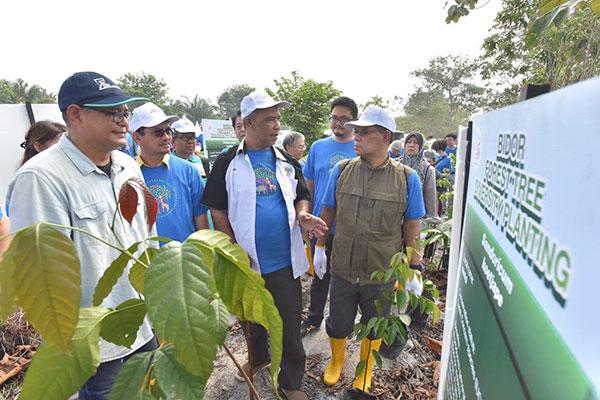 Abd Latif (tengah) memperkenalkan spesies-spesies pokok